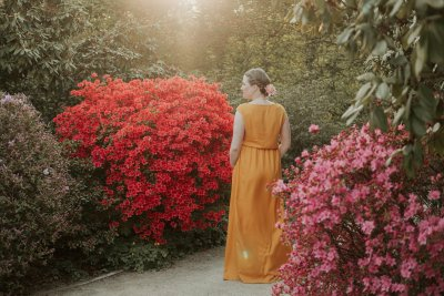 Anna looking gorgeous in the rose garden during her pregnancy in her yellow dress